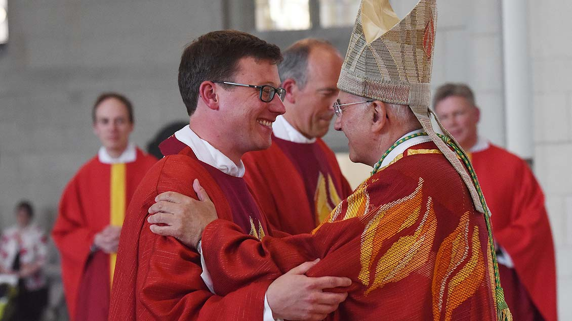 Glückwunsch vom Bischof für Niklas Belting. | Foto: Michael Bönte