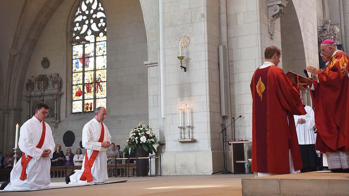 Bischof Felix Genn spricht das Weihegebet. | Foto: Michael Bönte