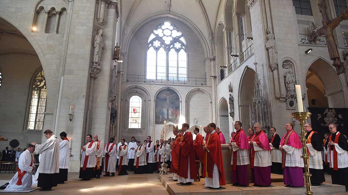 Bei der Weihe legen alle anwesenden Priester den Kandidaten die Hände auf. | Foto: Michael Bönte