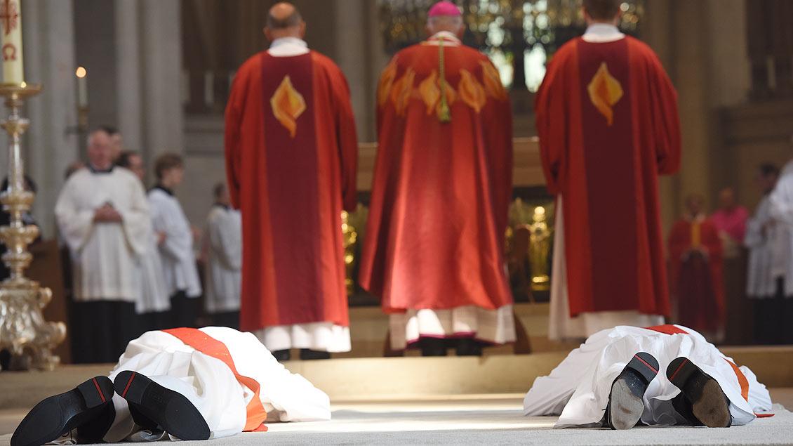 Während der Litanei liegen die Kandidaten zum Zeichen ihrer Hingabe an Gott ausgestreckt vor dem Altar. | Foto: Michael Bönte