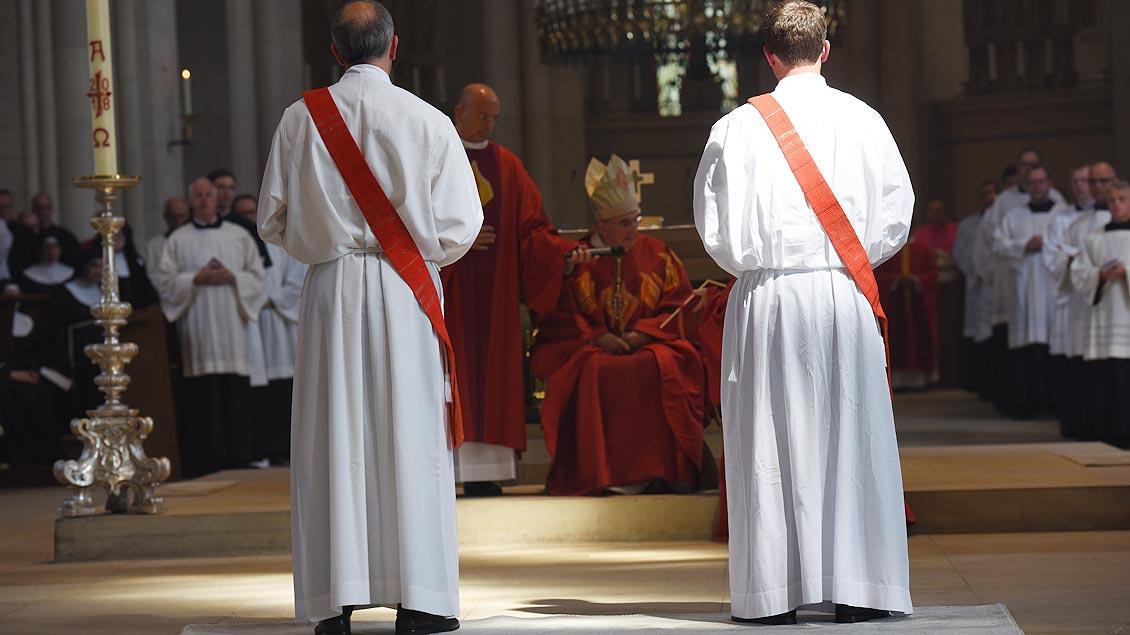 Die Kandidaten erkären sich bereit, das Priesteramt als zuverlässige Mitarbeiter des Bischofs auszuüben. | Foto: Michael Bönte