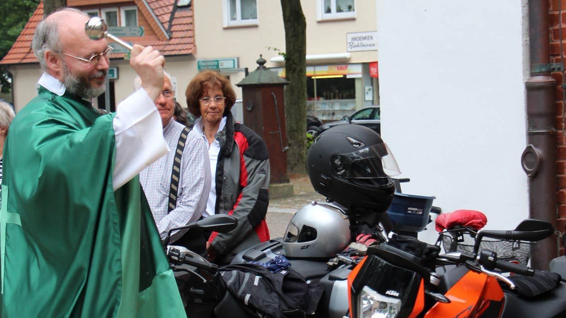 Monsignore Dirk Költgen segnete die Fahrzeuge.