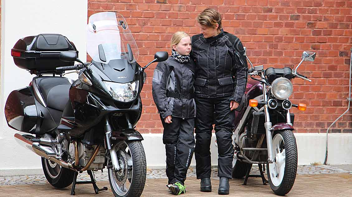 Mutter und Tochter nahmen an der Motorradwallfahrt teil.