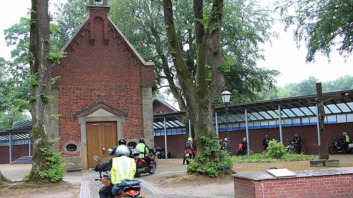 Die Biker fuhren laut hupend auf dem Vorplatz der Basilika ein.