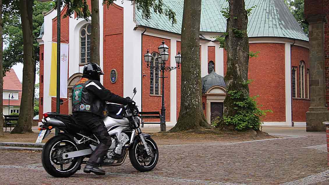 Auch dieser Motorradpilger erreichte sein Ziel: Die 1929 geweihte Basilika von Bethen.