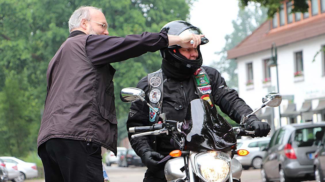 Monsignore Dirk Költgen weist einem Teilnehmer den Weg zur Basilika.