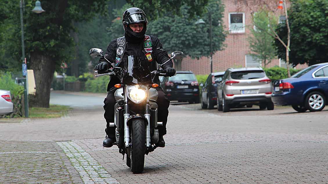Entspannt unterwegs auf der Motorrad-Wallfahrt nach Bethen ist dieser Teilnehmer.