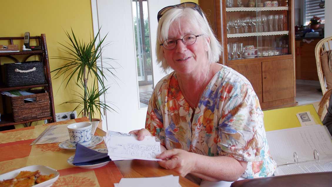 Mit Hilfe von Karten, auf denen sie Szenen aus der Geschichte aufzeichnet, die sie vortragen will, bereitet sich Ingrid Albers auf ihren Einsatz als Bibelerzählerin vor.