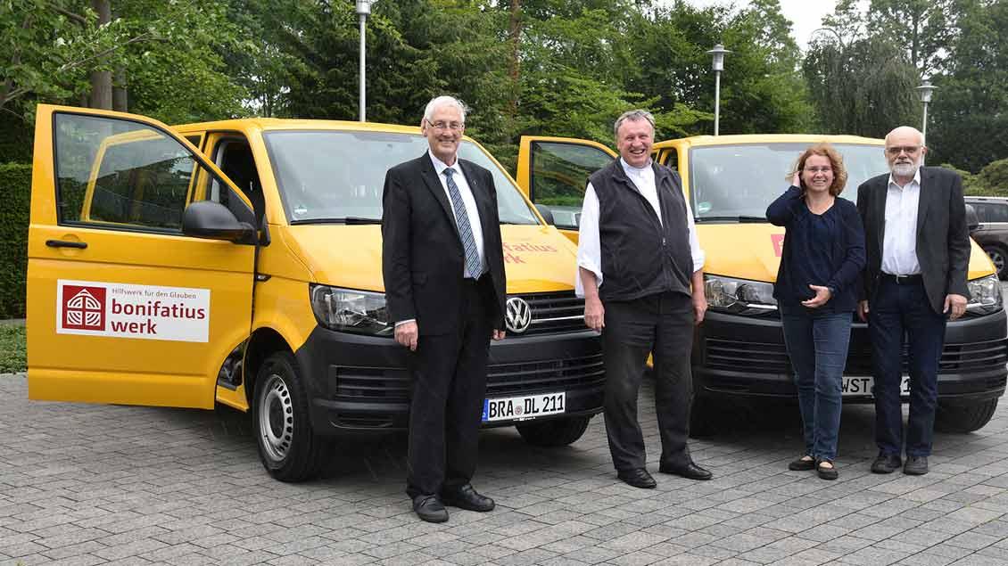 Glücklich mit den neuen Bonibussen (von links):  Pater Landwehr SAC, Pfarrer Karl Jasbinschek, Jutta Steinkamp und Arnold Kalvelage.