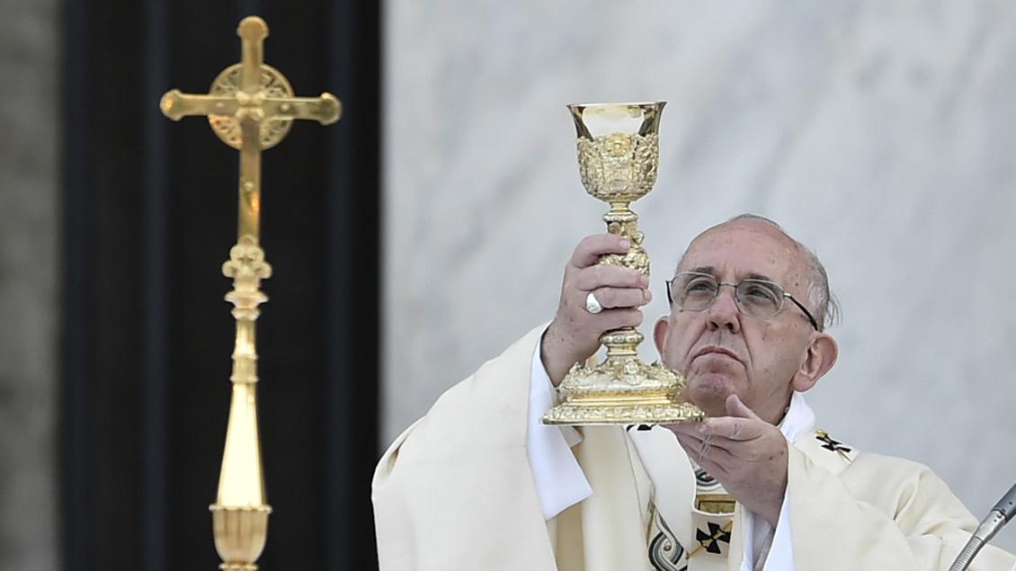 Papst Franziskus während eines Festgottesdienstes zu Fronleichnam 2016. In diesem Jahr verlässt er dazu die Stadt Rom.
