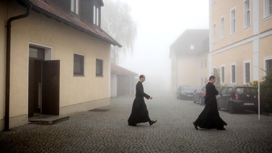Seminaristen der Priesterbruderschaft St. Pius X. verlassen die Kirche des Priesterseminars im bayrischen Zaitzkofen. Foto: Maria Irl (KNA)