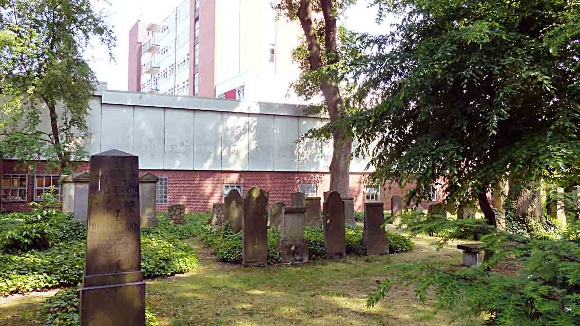 Der jüdische Friedhof vor der Leichenhalle und dahinter das Cloppenburger Krankenhaus.
