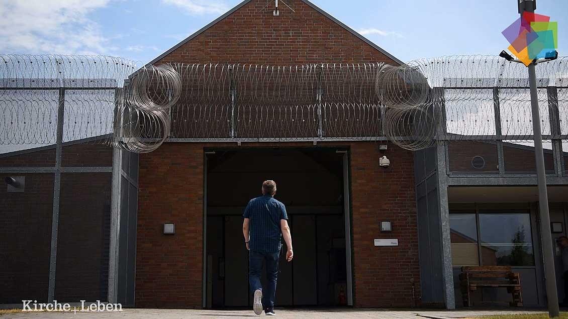 Uwe Holtgreve besucht zwei Mal die Woche Patienten einer forensischen Klinik, die wegen schwerer Verbrechen verurteilt wurden.