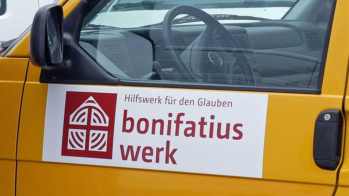 """Typisch für das Diaspora-Hilfswerk sind die gelben """"Boni-Busse"""". Foto: Bonifatiuswerk"""