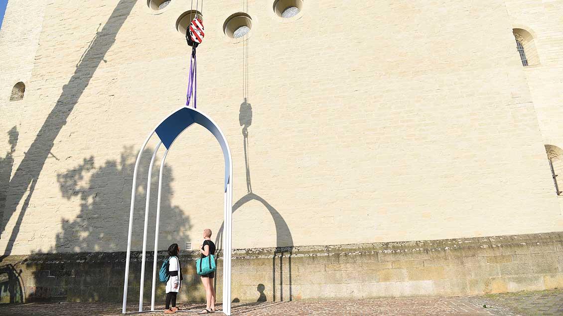 """""""Porte du Ciel"""" von Justyna Janetzek - kleine Portal vor dem Westchor des Doms. Foto: Michael Bönte"""