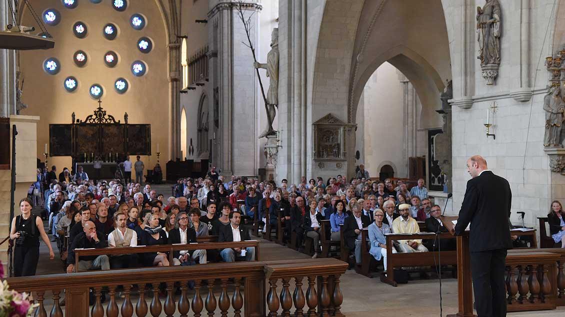 Dompropst Kurt Schulte begrüßt die Kunstbegeisterten im vollen St.-Paulus-Dom. | Foto: Michael Bönte