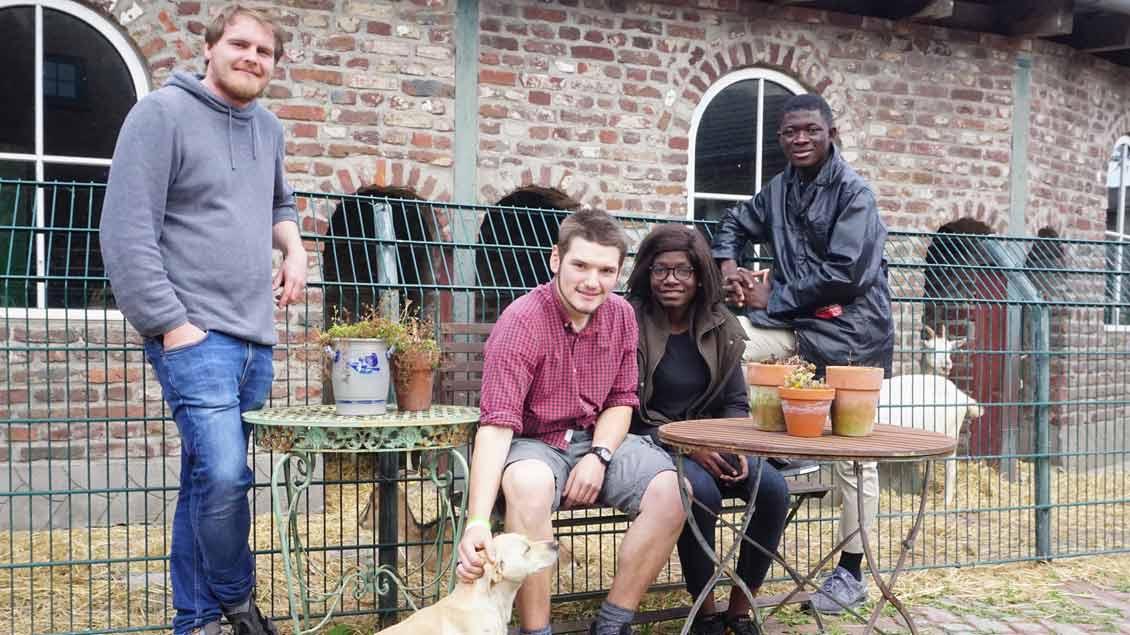 Begegnung am Niederrhein: (von links) Tobias Otte, Johannes Verhoeven und zwei Gäste aus Ghana.