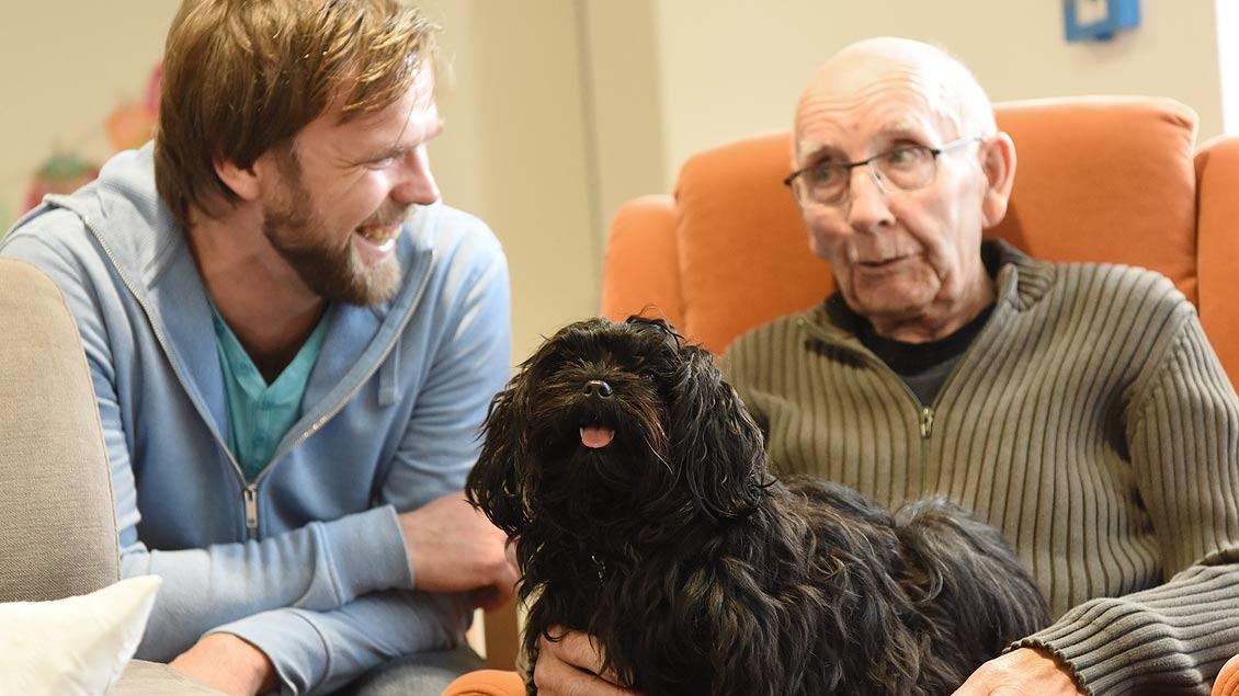 Geschichten vom eigenen Hund in früheren Zeiten gehören auch zum Besuch. | Foto: Michael Bönte
