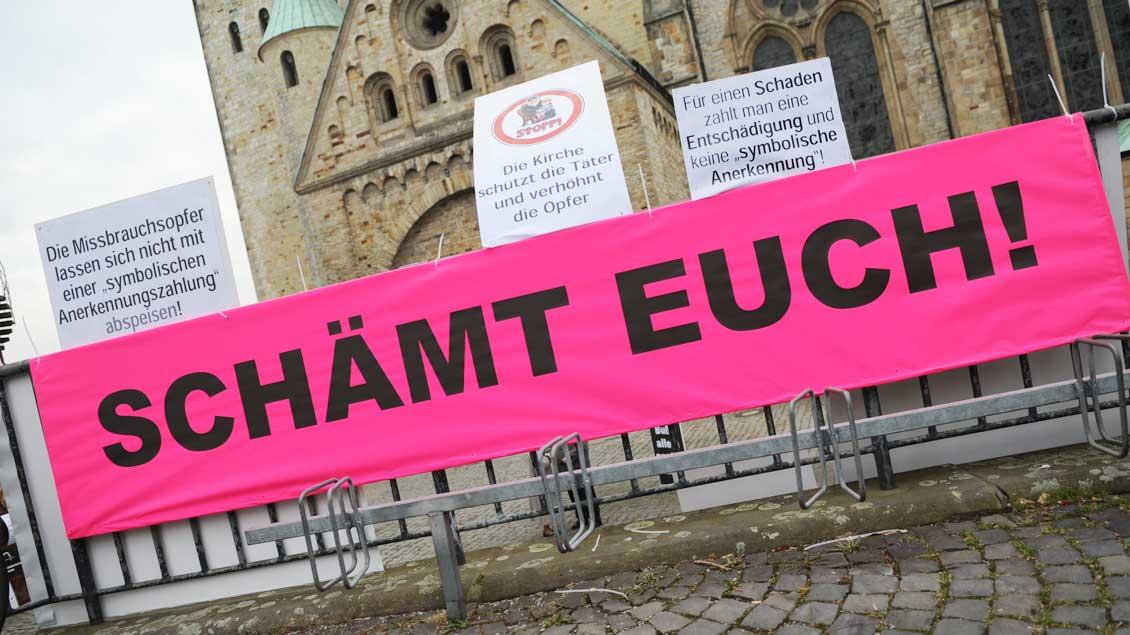 Der Umgang der Kirchen mit Fällen von sexuellen Missbrauch wird auch nach Jahren der Aufarbeitung weiter kritisch gesehen. Hier eine Demonstration bei der Vollversammlung der Bischofskonferenz 2011 in Paderborn.