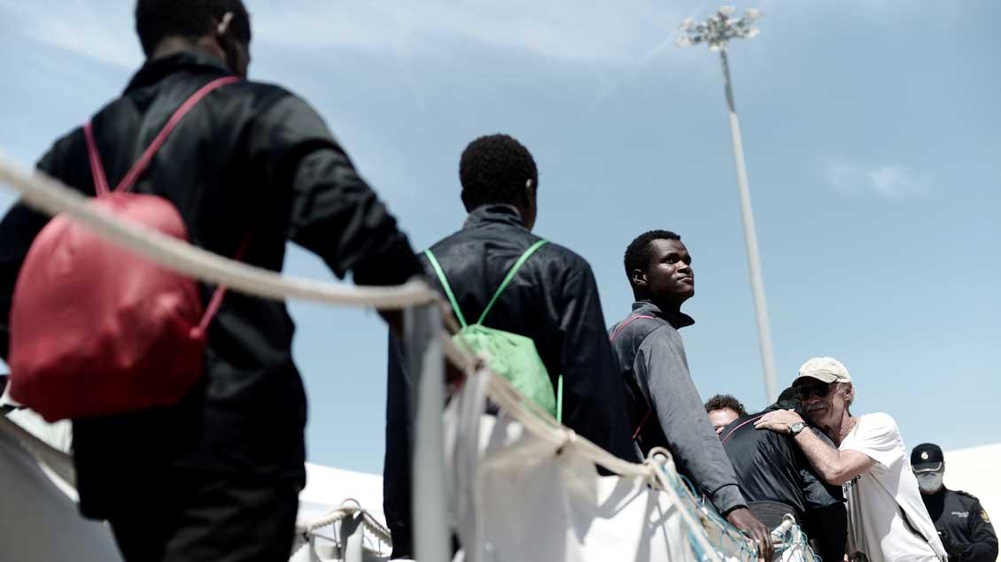 "Flüchtlinge verlassen das Rettungsschiff ""Aquarius"" Foto: Reuters"