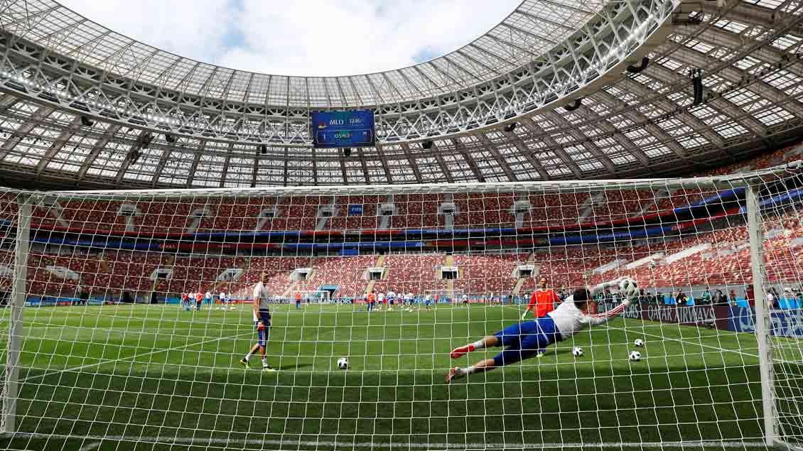Russlands Spieler trainieren im Luschniki-Stadion in Moskau für das Eröffnungsspiel, das dort am Donnerstag angepfiffen wird.