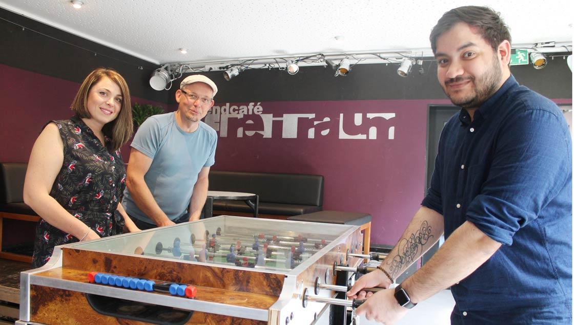 Fabian Post (rechts) ist neuer Mitarbeiter im Café Freiraum. Vera Hartmann, Sozialarbeiterin der Diakonie, verstärkt das Team um seinen Leiter Jörg Eßlage (Mitte).