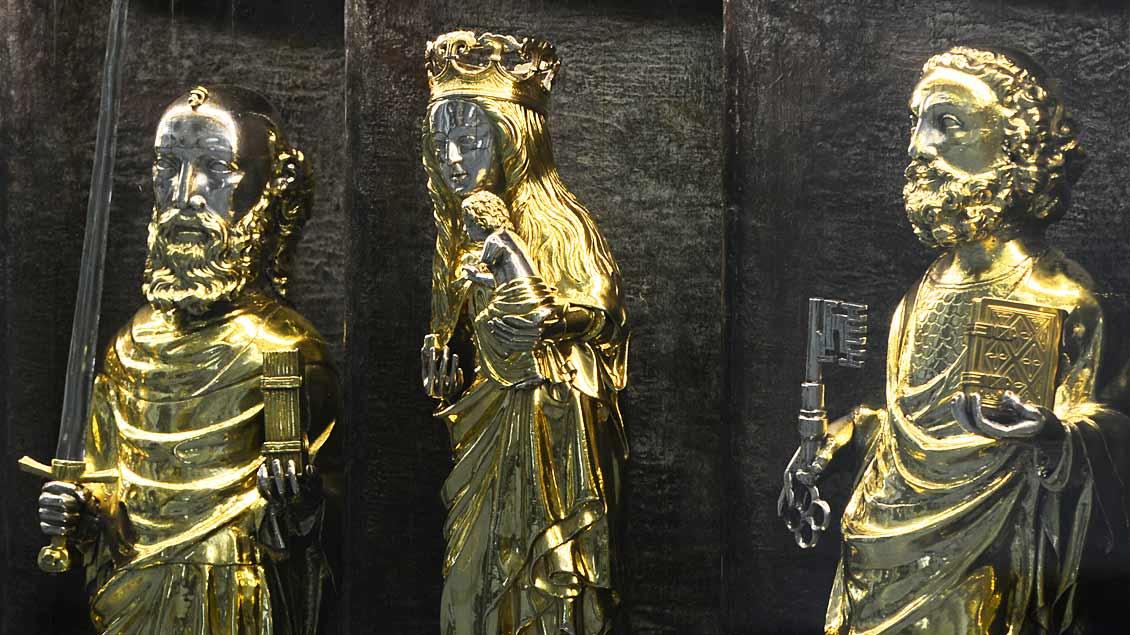 Heiligenfiguren im Altar des Doms in Münster (von links): Paulus, die Gottesmutter Maria und Petrus.
