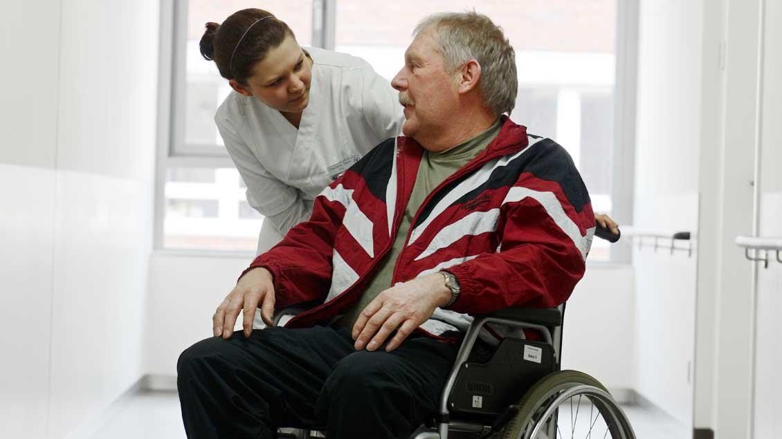 Patient mit Pflegerin.