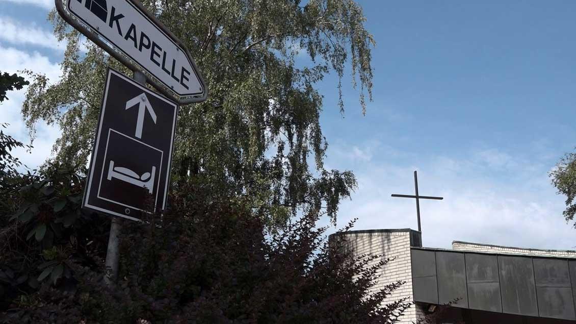 Fast am Ende der Ausfahrt liegt die Autobahnkapelle St. Viktor Dammer Berge.