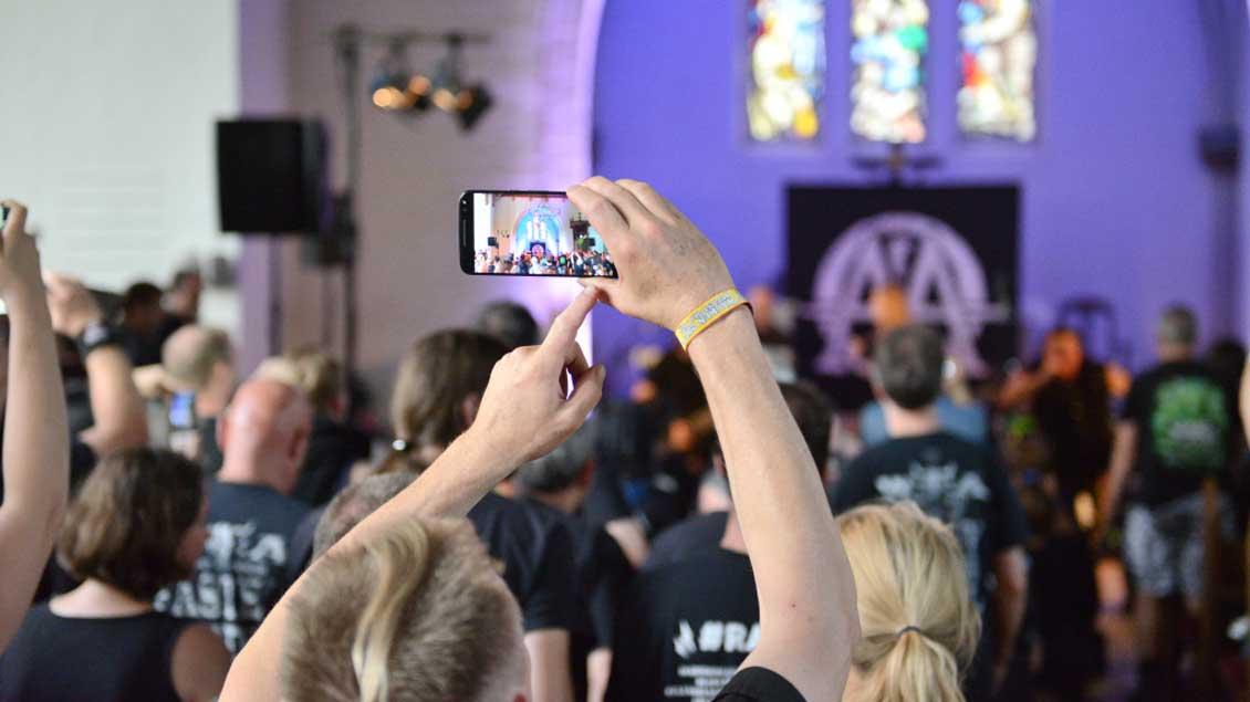 Während eines Metal-Konzerts in der evangelischen Kirche von Wacken.