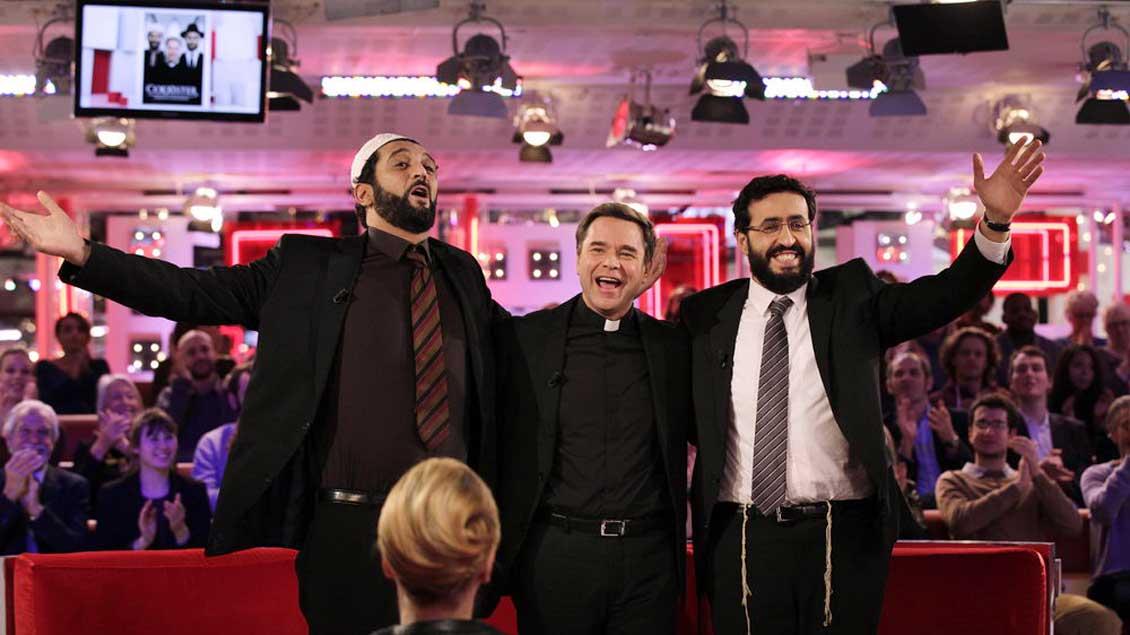 Ein christlicher Priester, ein muslimischer Imam und ein jüdischer Rabbi schließen sich zu einer Band zusammen.
