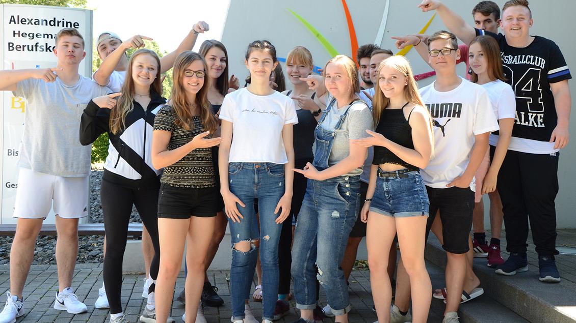 Die Schülerinnen und Schüler der Jahrgangsstufe 11 am Alexandrine-Hegemann-Berufskolleg kämpfen für Migena Cela (Bildmitte).