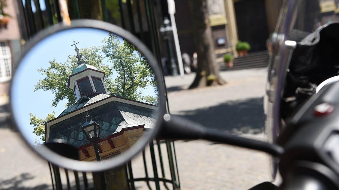 Kapelle im Rückspiegel: Wie jedes Jahr war die Motorradwallfahrt ein Biker-Highlight. | Foto: Michael Bönte