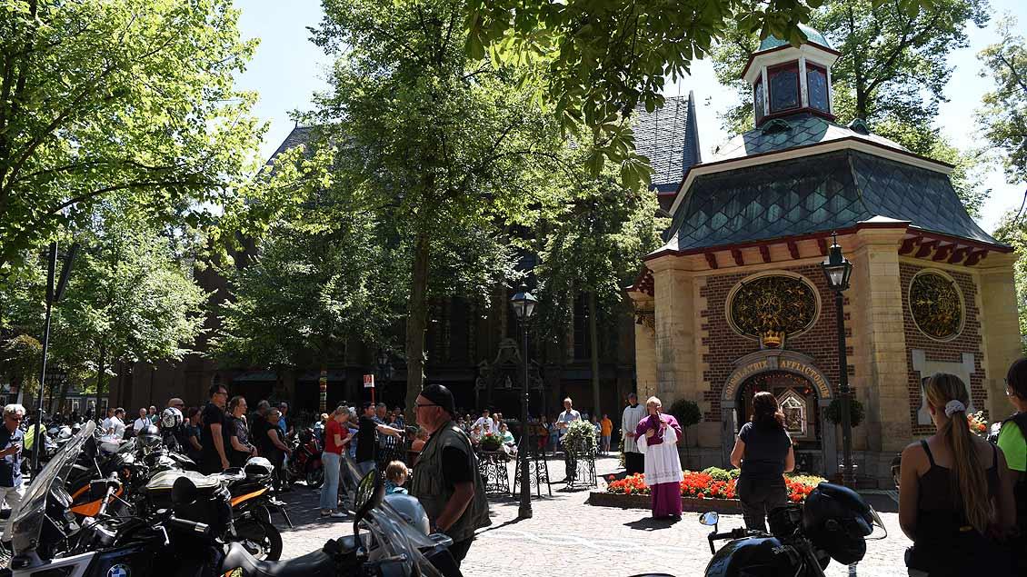 Beim nachmittäglichen Gottesdienst ist der Kapellenplatz mit Motorrädern gefüllt. | Foto: Michael Bönte