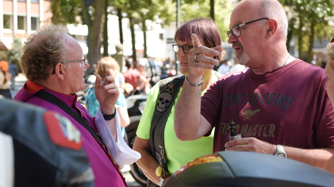 Wallfahrtsrektor Pfarrer Georg Kauling im Gespräch mit dem Bikern auf dem Kapellenplatz. | Foto: Michael Bönte