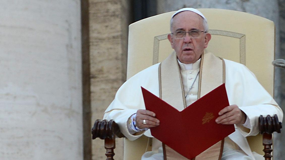 Papst Franziskus hat das Sterben von Flüchtlingen im Mittelmeer beklagt und die Staatengemeinschaft dringend zum Handeln aufgerufen.