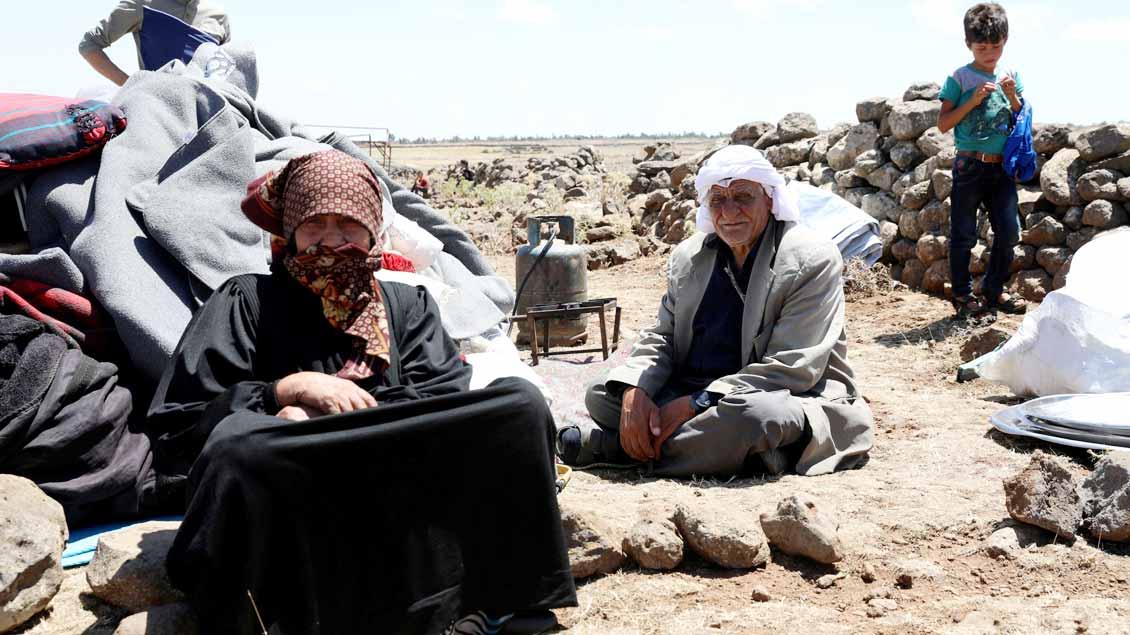 Menschen, die innerhalb Syriens vor dem Bürgerkrieg fliehen mussten, mit ihren letzten Habseligkeiten. Auch in Syrien hilft Caritas international.