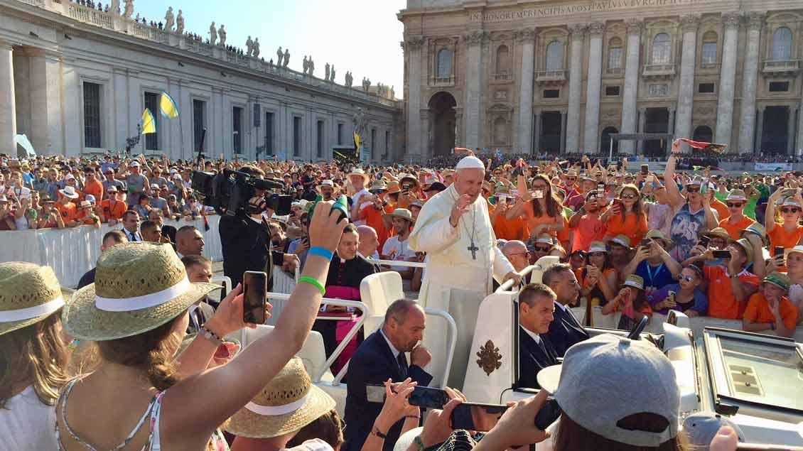 Papst Franziskus fuhr im Papamobil über den Petersplatz.
