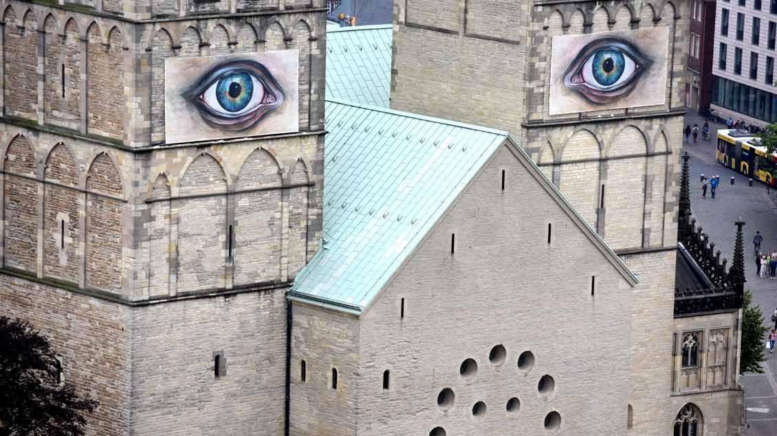 """Markantes Detail der Ausstellung """"Suche Frieden"""" an und in Münsters Dom: die Installation """"Auge für Auge"""" von Pascale Feitner."""