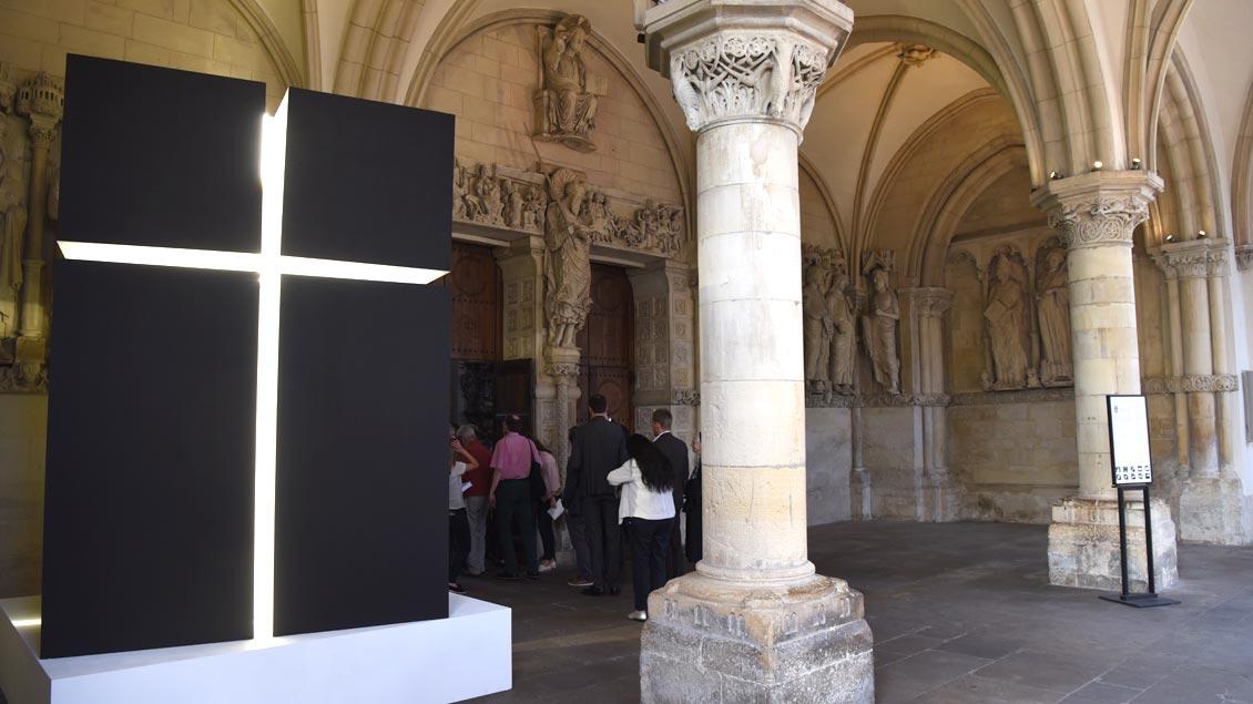 """Im Rahmen der Ausstellung """"Biete Frieden"""" werden noch bis zum 10. Oktober Werke junger Künstler der Kunstakademie Münster im und am St.-Paulus-Dom gezeigt - wie hier im """"Paradies"""" der Kathedrale."""