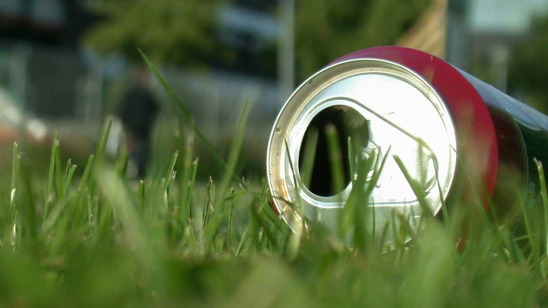 Leere Getränkedose in der Natur.