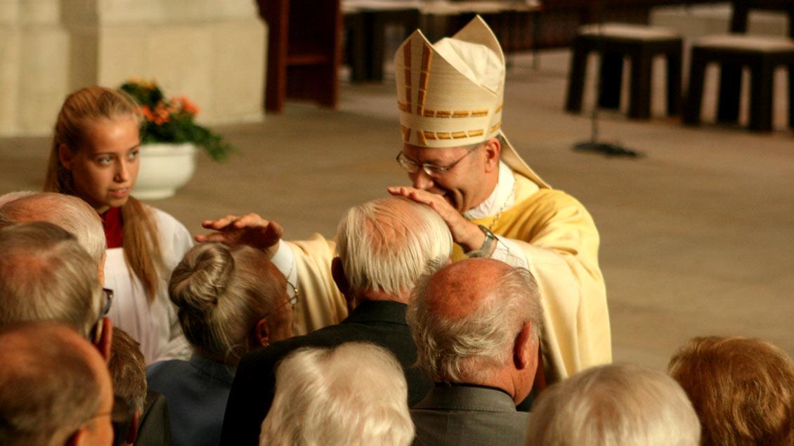 Der persönliche Segen unter anderem durch Weihbischof Zekorn war für die Jubelpaare der Höhepunkt des festlichen Gottesdienstes im Münsteraner Dom. Foto: Heike Hänscheid (pbm)