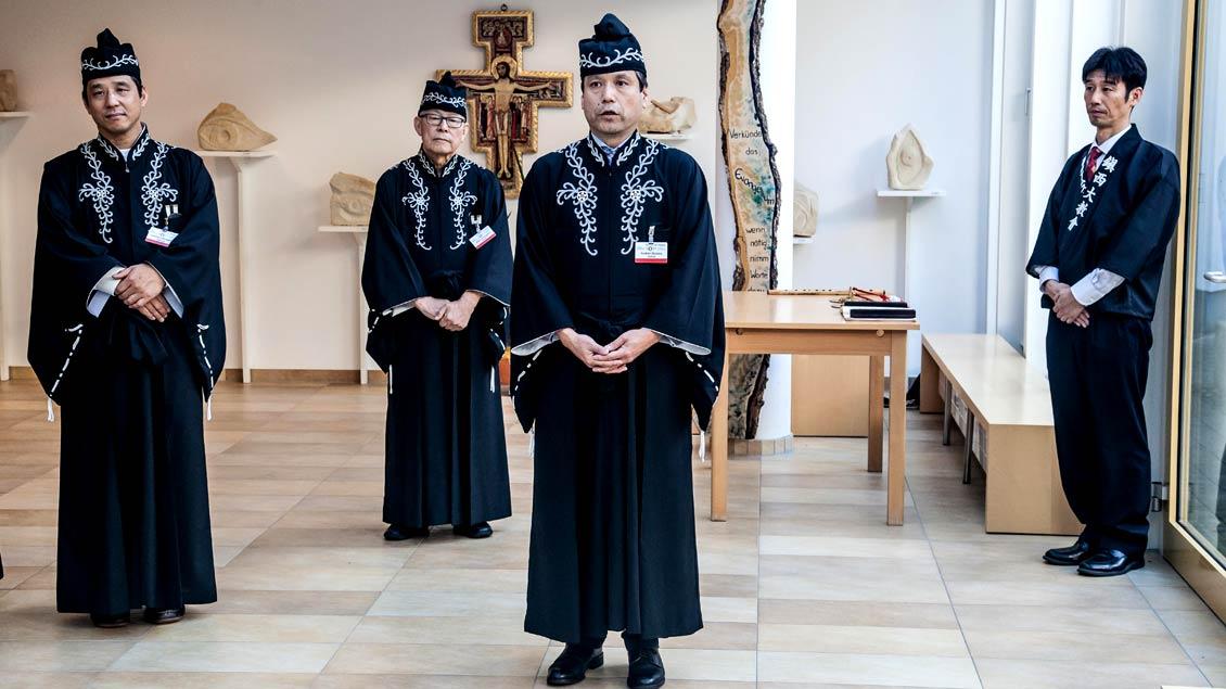 Geistliche der aus dem Shintoismus hervorgegangenen japanischen Tenrikyo-Bewegung beim Weltfriedenstreffen der katholischen Gemeinschaft Sant' Egidio 2017 in Osnabrück und Münster.