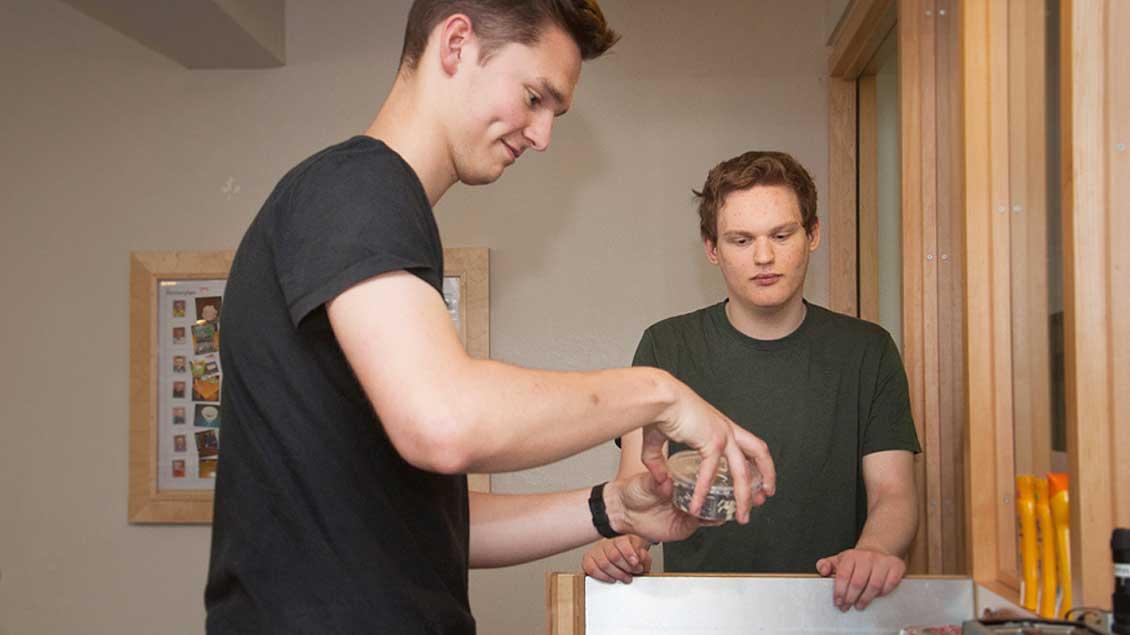 Andris Potthoff (links) bei der Arbeit.
