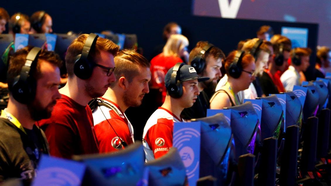 Gamer bei der Spielemesse Gamescom, die vom 21. bis 25. August 2018 in Köln stattfindet. Sie gilt als die größte ihrer Art weltweit.
