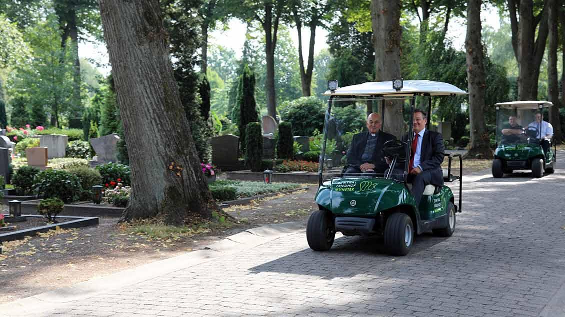 Mit Elektromobilen über den Zentralfriedhof.