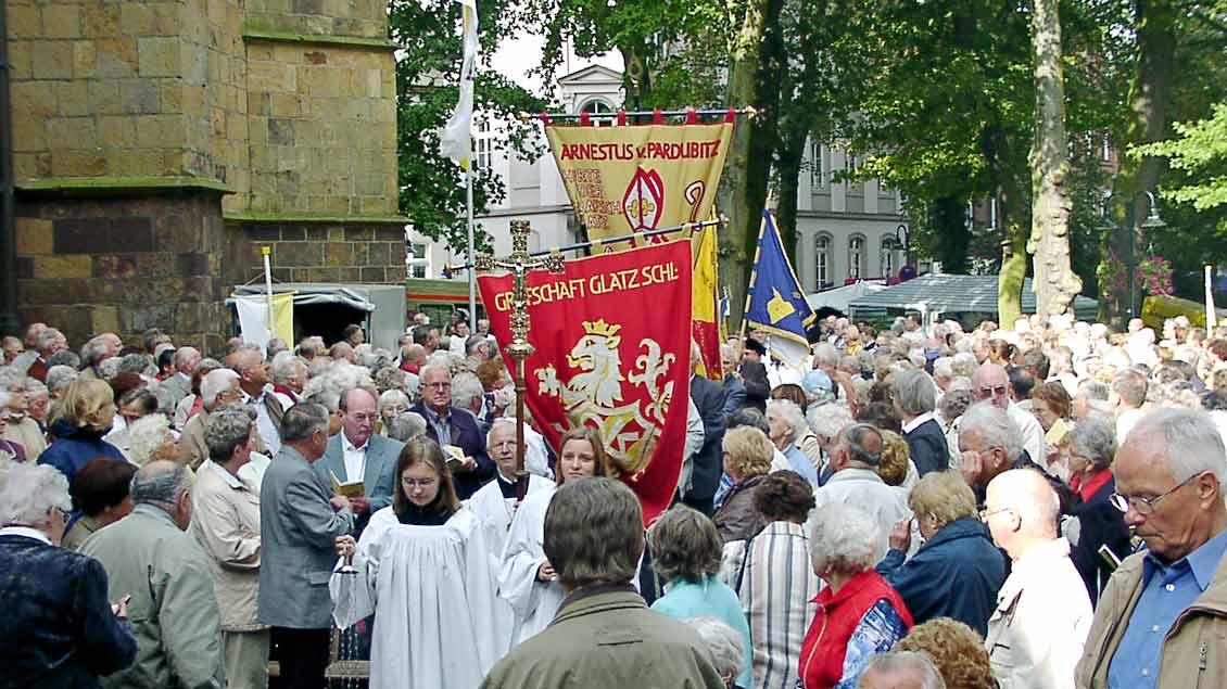 Seit über 70 Jahren pilgern die Vertriebenen der früheren schlesischen Grafschaft Glatz nach Telgte. Der Löwe aus dem Wappen ist auf die frühere Zugehörigkeit zum Königreich Böhmen zurückzuführen.