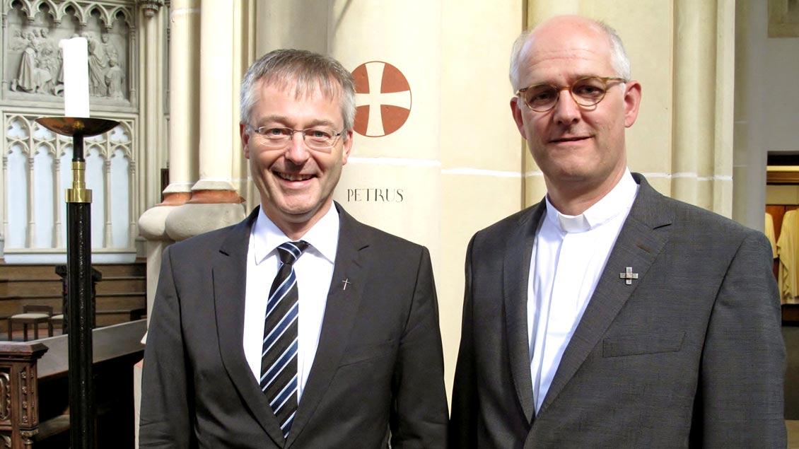 Generalvikar Norbert Köster (links) verabschiedete Clemens Lübbers als Leiter der Schulpastoral in der Hauptabteilung Schule und Erziehung im Bistum Münster.