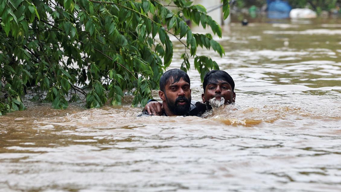 Rettung eines Ertrinkenden im Bundesstaat Kerala in Indien.