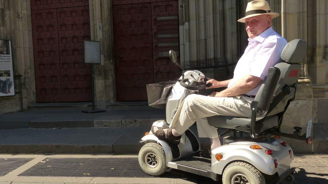 Rudolf Schüngel im Elektro-Scooter.